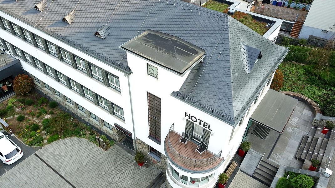 Das Hotel im Schulhaus in Lorch beeindruckt schon von außen durch seine Bauhaus-Architektur (Foto: Mario Schlack)