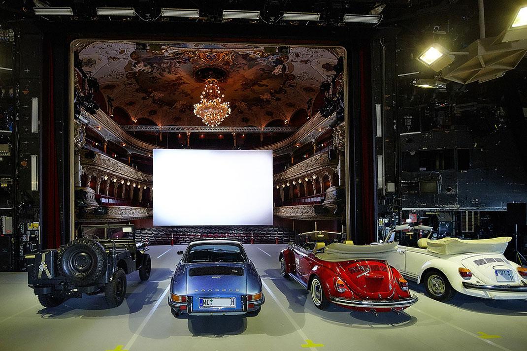 In historischen Fahrzeugen können Besucher elf Tage lang Filmklassiker vor beeindruckender Kulisse erleben.