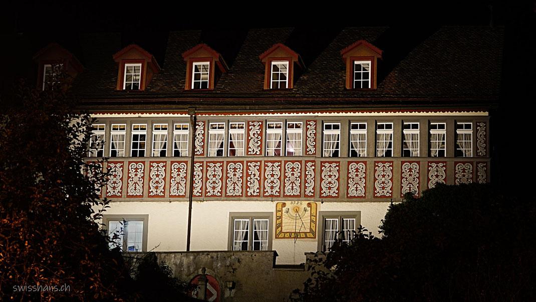 Die beleuchtete Burg in Rebstein in dunkler Nacht