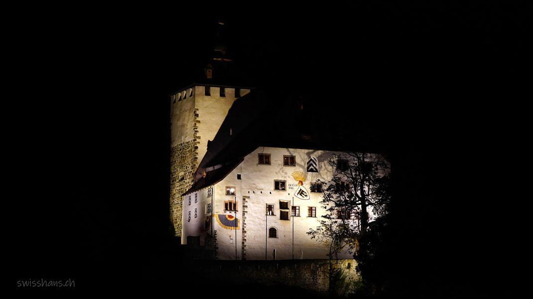 Das beleuchtete Schloss Werdenberg in Buchs in dunkler Nacht.