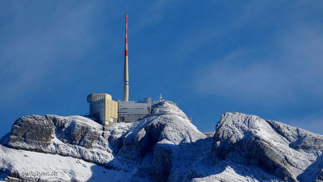 Der verschneite Berg Säntis mit Bergstation, Restaurant und Sendemast im Winterkleid.