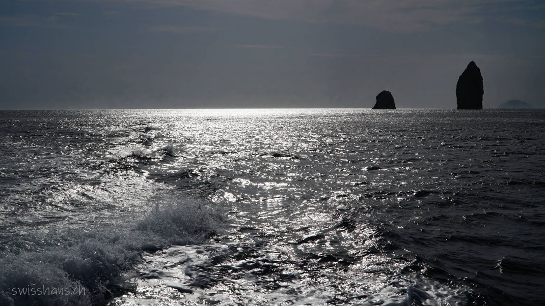 swisshans.ch_Liparische Inseln- Meer im Gegenlicht mit markanten Felsen