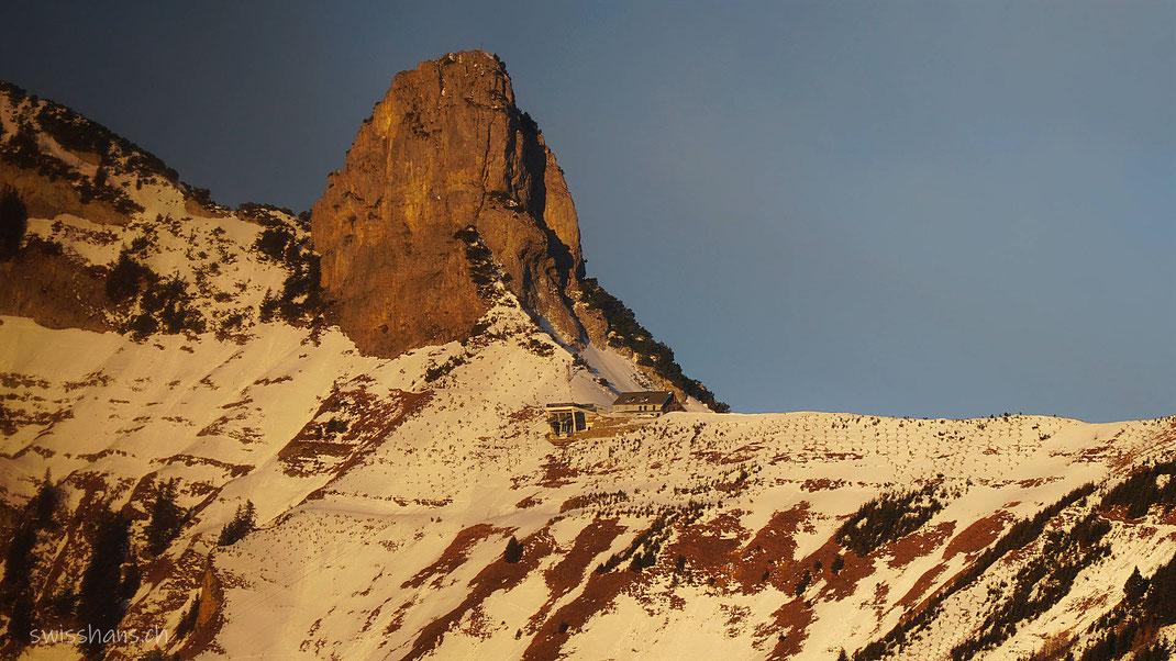 Berg Staubernkanzel mit Bergstation der Seilbahn Frümsen-Staubern im Winter.