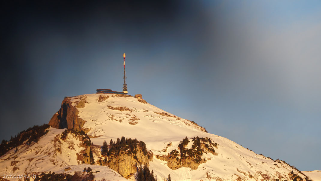 Verschneiter Berg Hohen Kasten mit Berghaus und Sendemast in der Nebelstimmung.