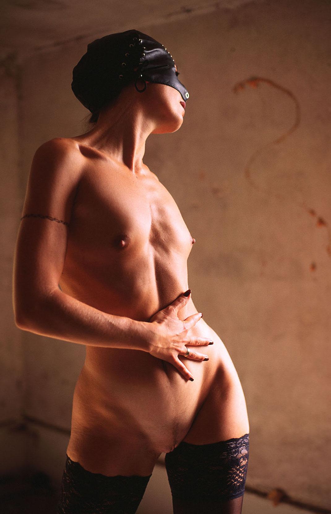 Erotische Fetish Aufnahme mit Nina und Maske by Martin Boelt Erotic Photography