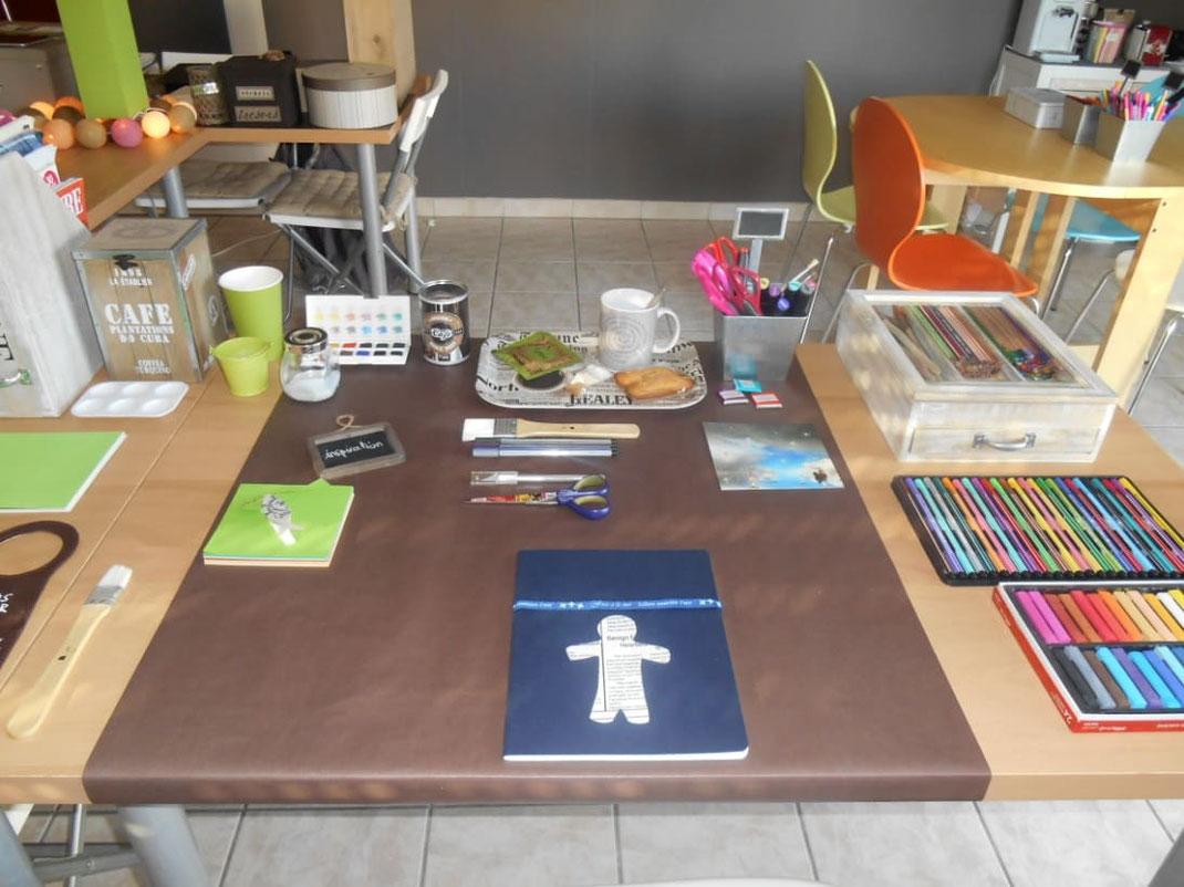 Table de travail avec les accessoires pour dessiner, peindre, colorier