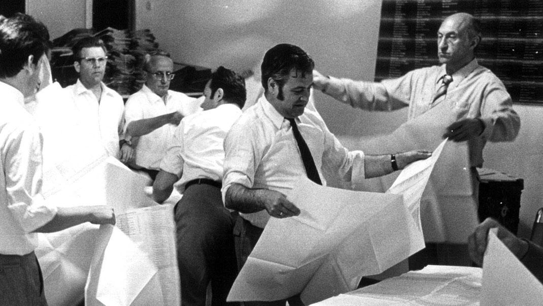 Mai 1971: Wahlen zur 1. Vertreterversammlung, Stimmauszählung. Rechts: Ernst Maria Lang, 1. Präsident der Bayerischen Architektenkammer (1971-1991); Foto: Fritz Neuwirth