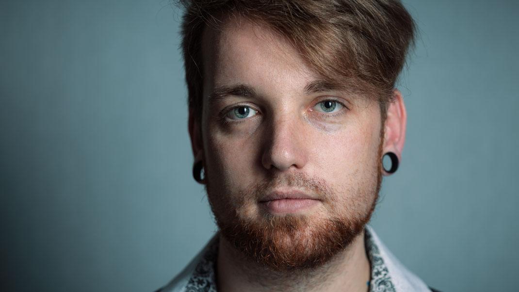 Selbstportrait Tobias Gawrisch mit Xplor Creativity Snapback Cap