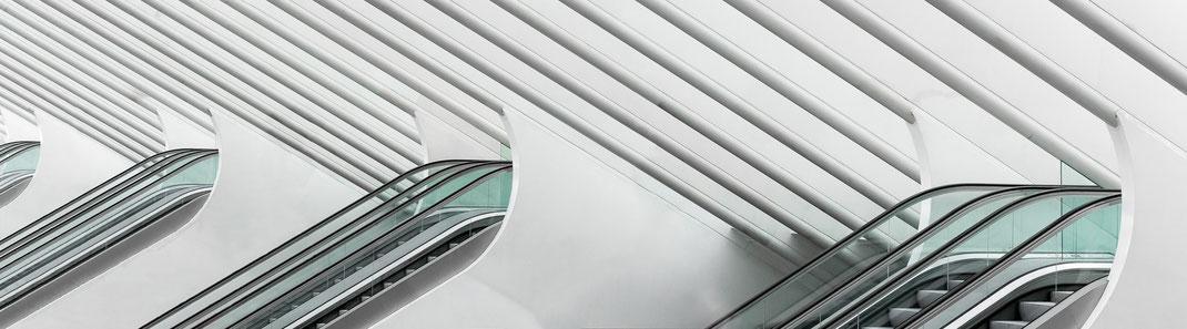Besondere architektonische Rolltreppen im Bahnhof Liège-Guillemins in Lüttich, Belgien.