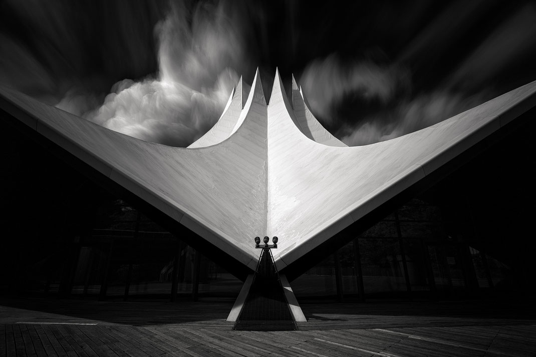 Das Tempodrom in Berlin als Langzeitbelichtung mit dramatischen Wolken von Tobias Gawrisch (Xplor Creativity)
