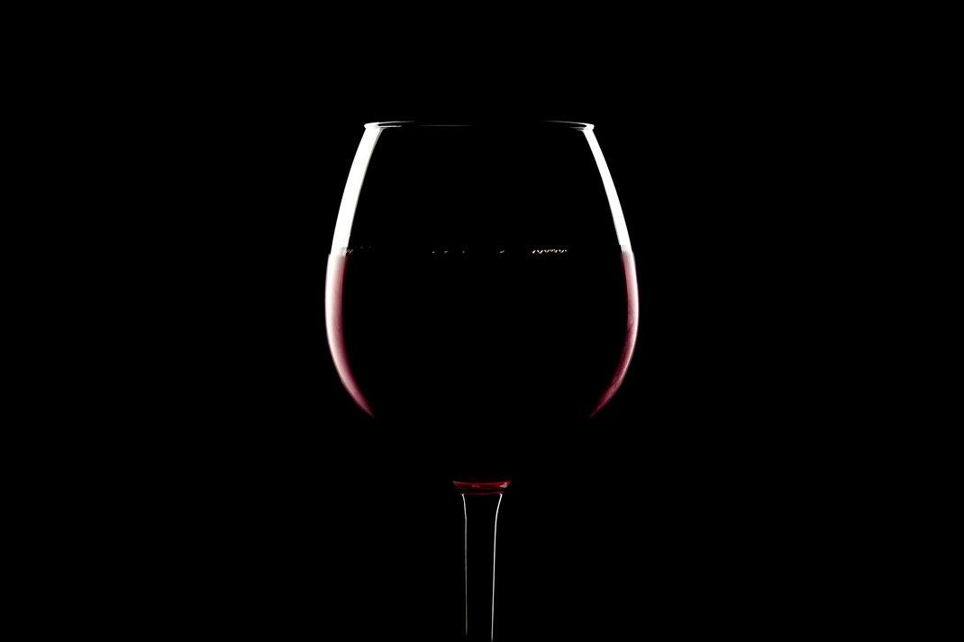 Minimalistisches Rotweinglas vor Schwarz von Tobias Gawrisch (Xplor Creativity)