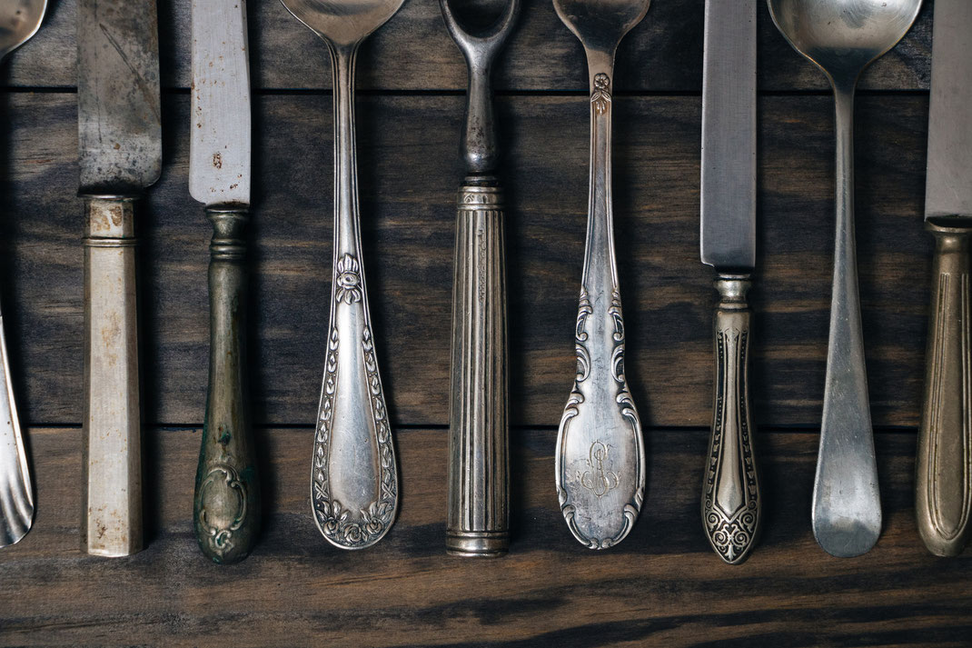 Silberbesteck auf Holztisch, Waterstraat Muenzhandel