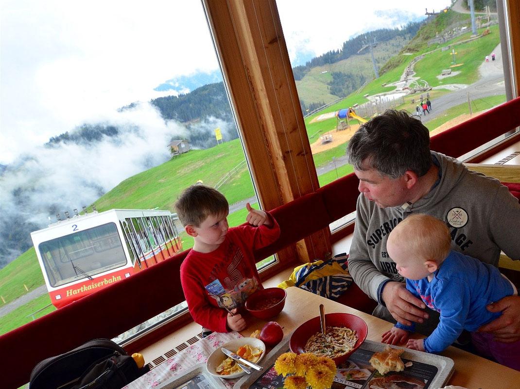 Im Bergkaiser Restaurant schmeckt´s - auch wenn kein Schnee liegt @elischebas-reiseblog
