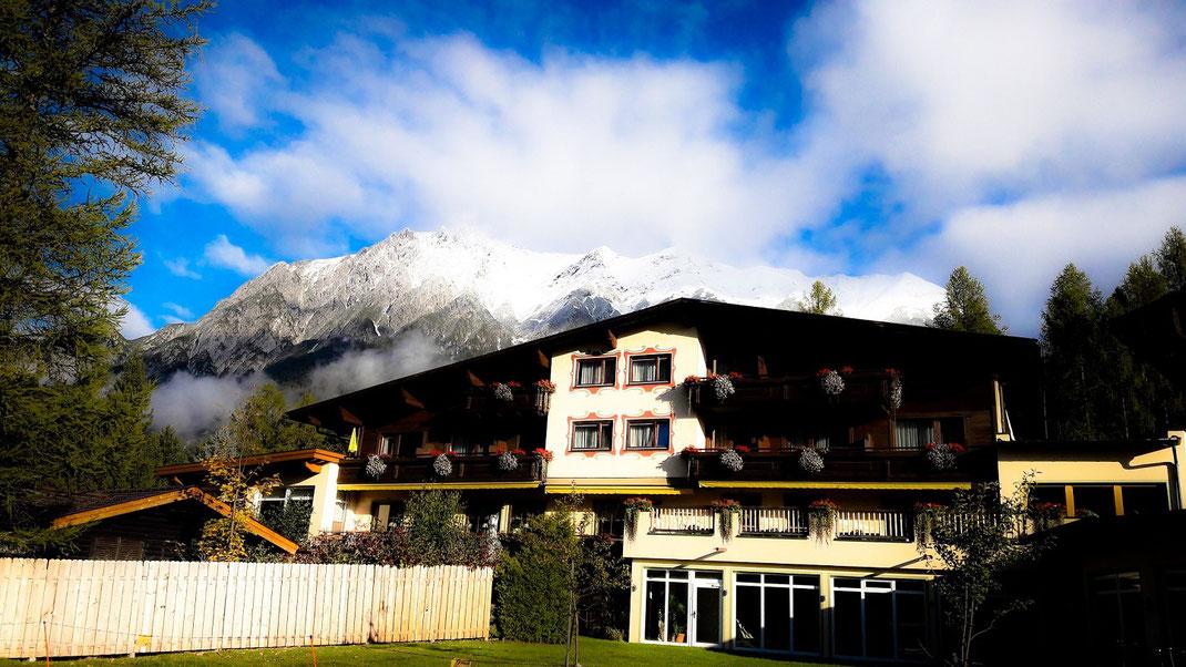 Eingebettet in das Gebirgstal liegt das Hotel Lärchenhof vor imposanter Bergkulisse. @knuffigklein