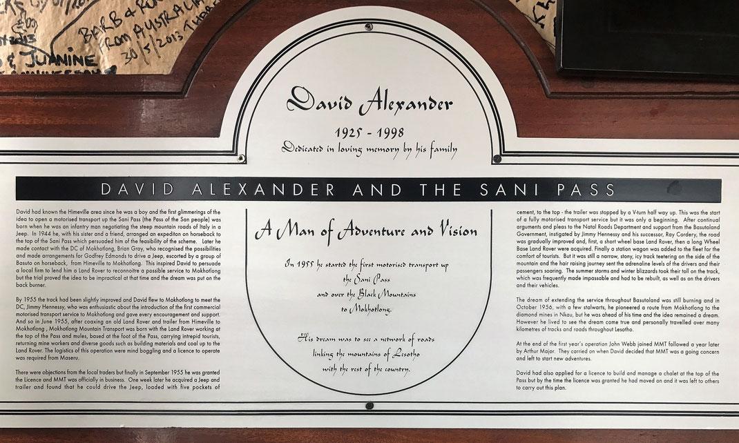 Eine Tafel im höchsten Pub Afrikas erzählt die Geschichte von David Alexander und dem Sani Pass.