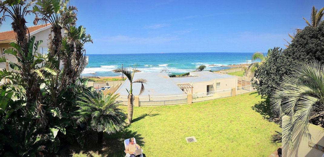 Der Blick vom oberen Schlafzimmer in den Garten, bis zum Meer und den Strand von Umdloti Beach.