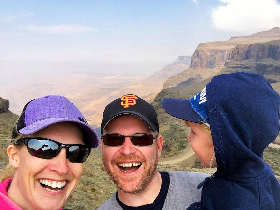 Yeah! Wir haben es geschafft! Oben angekommen am Sani Pass auf 2873 Metern - wahre Glücksgefühle.