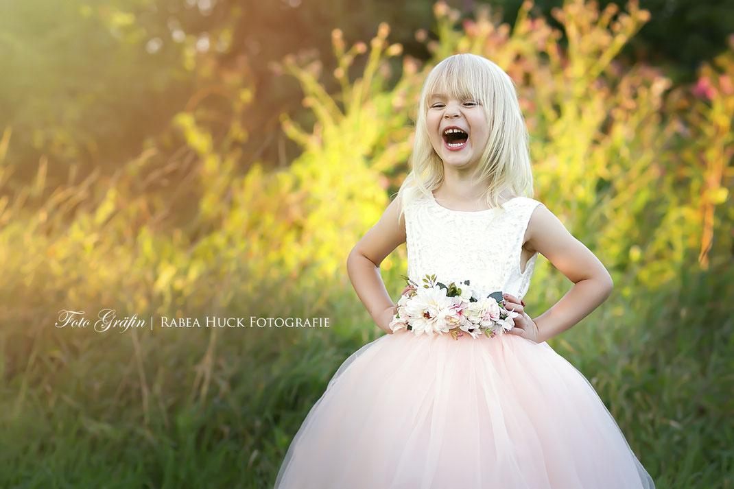 lachendes Mädchen im rosa Kleid