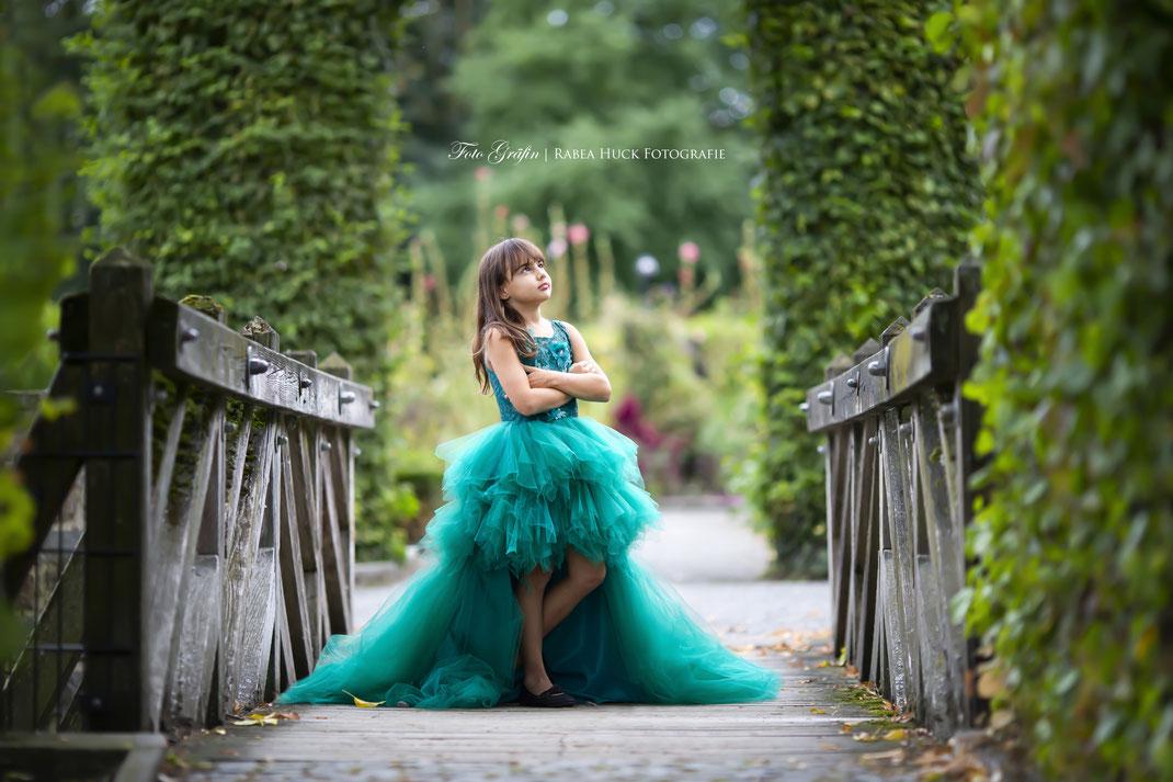 Mädchen auf der Brücke im Kleid