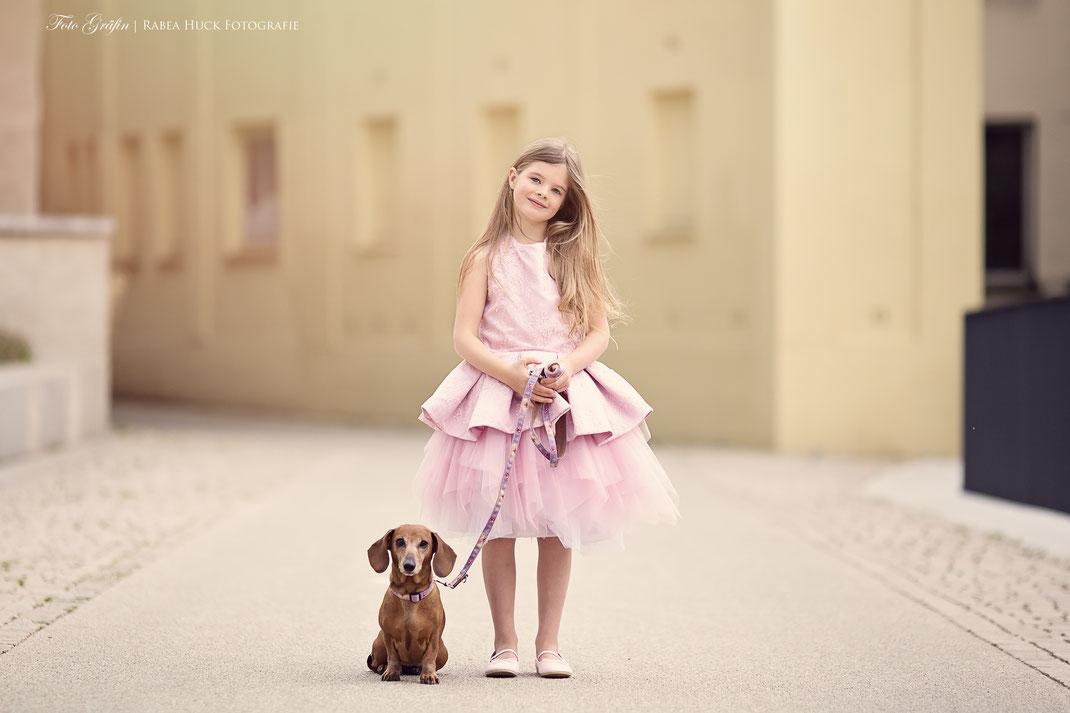 Mädchen mit Hund und Kleid