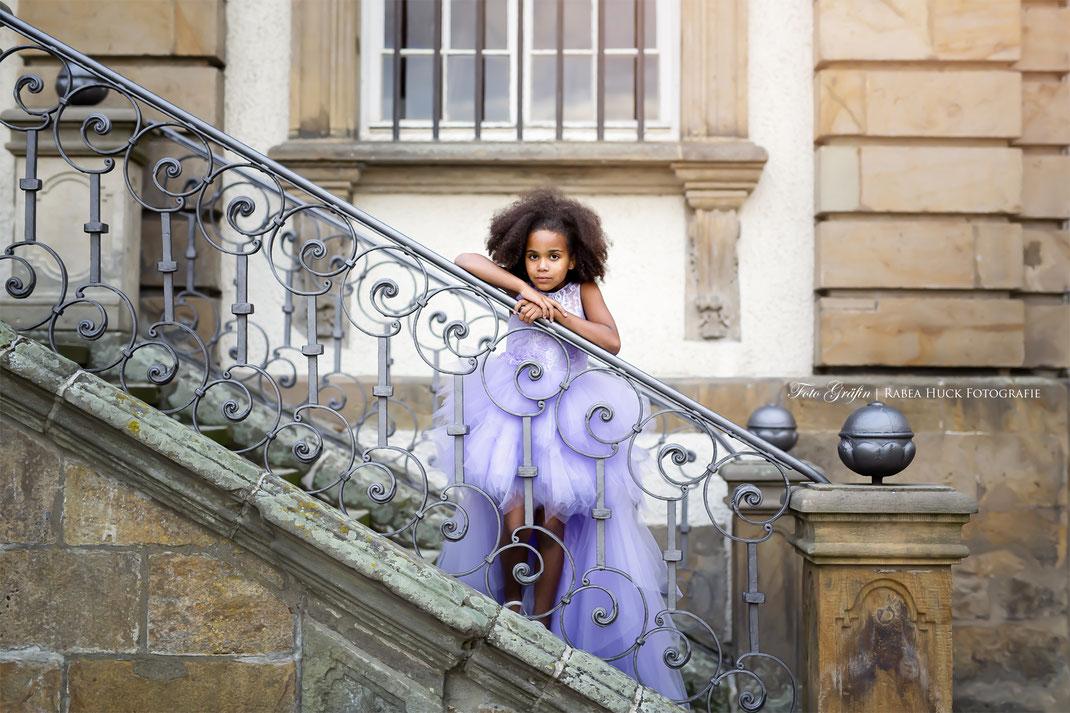 Mädchen im Kleid auf der Treppe
