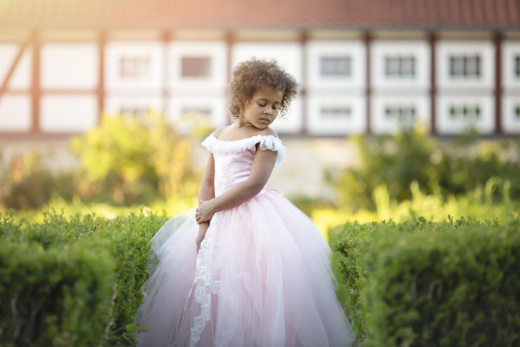 Mädchen im Schloßgarten mit Kleid