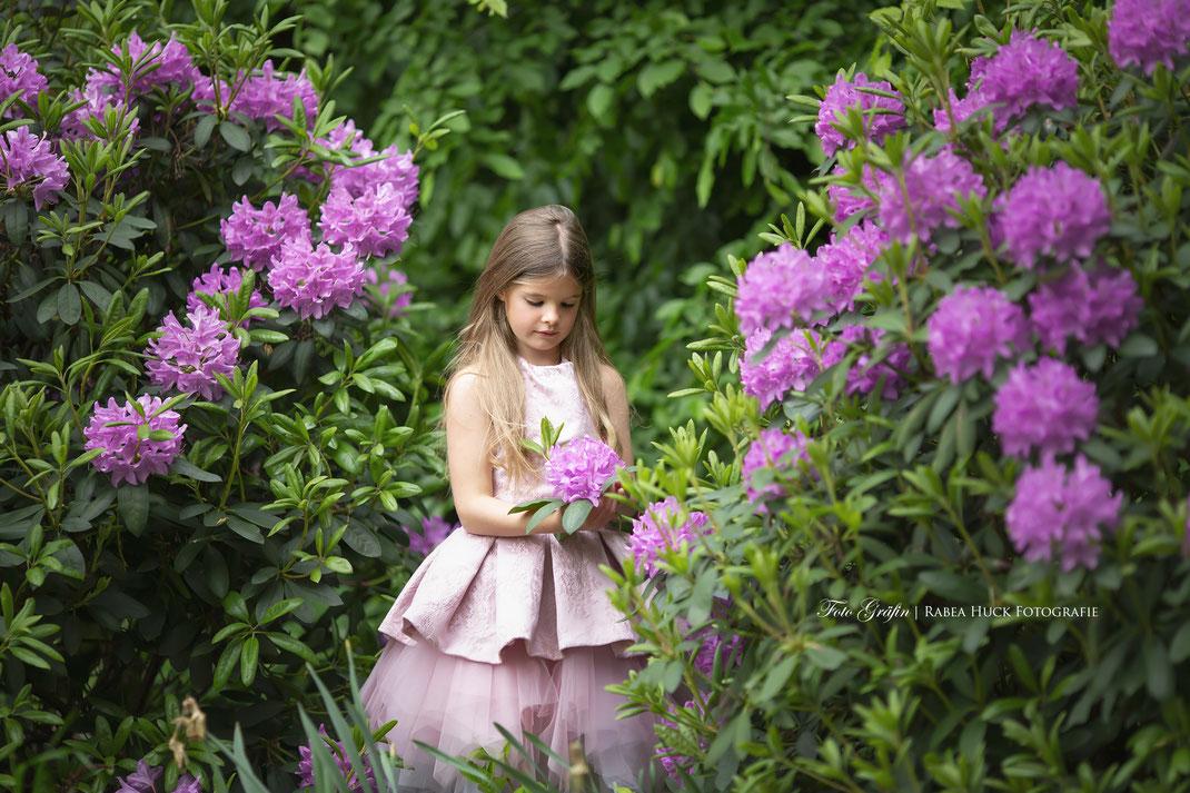 Mädchen im Blumengarten