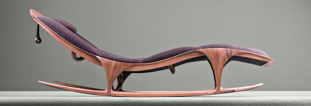 Chaise-Lounge-Enzo-von-Hookl-und-Stool-eine-Schaukelliege