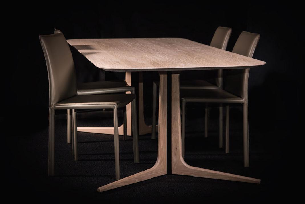 Esstisch-Stork-von-WoodLab-mit-einer-Tischplatte-aus-massiver-Eiche