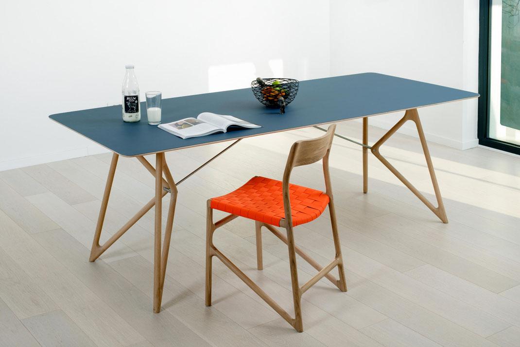 Gazzda-Tisch-Tink-mit-rotem-Stuhl