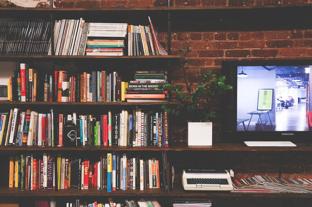 Bücherregal und Fernseher
