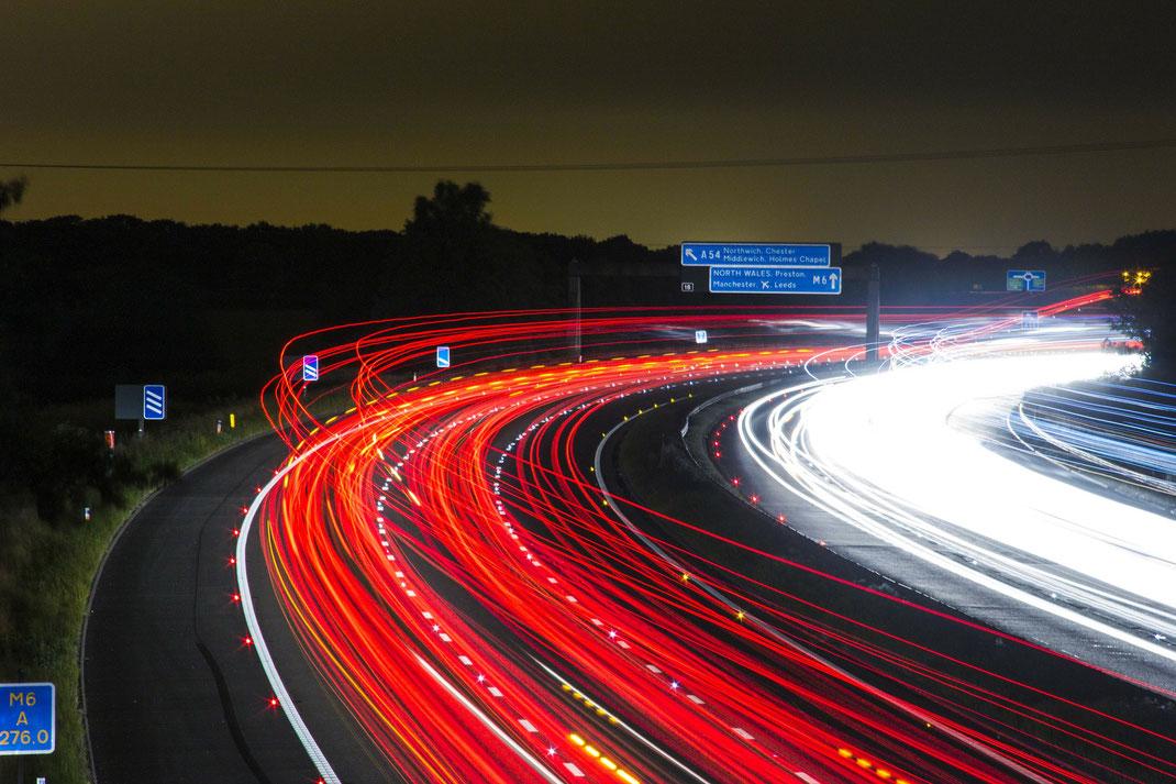 Autobahn M6 ruht auf Büchern