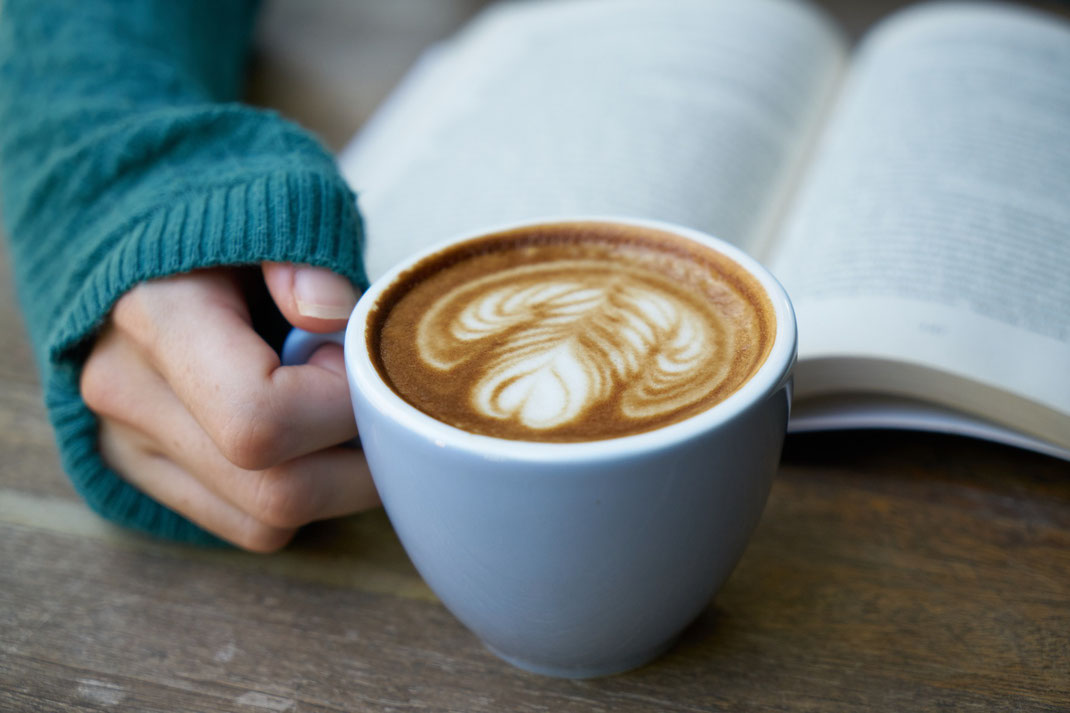 Buch und heißes Getränk