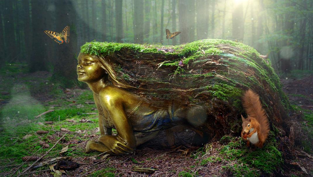 Fabelwesen aus Moos, Erde und Metall mitten im Wald
