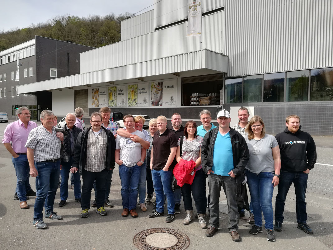 Menschen vor Brauerei Ausflug Besichtigung Erzquell Pils