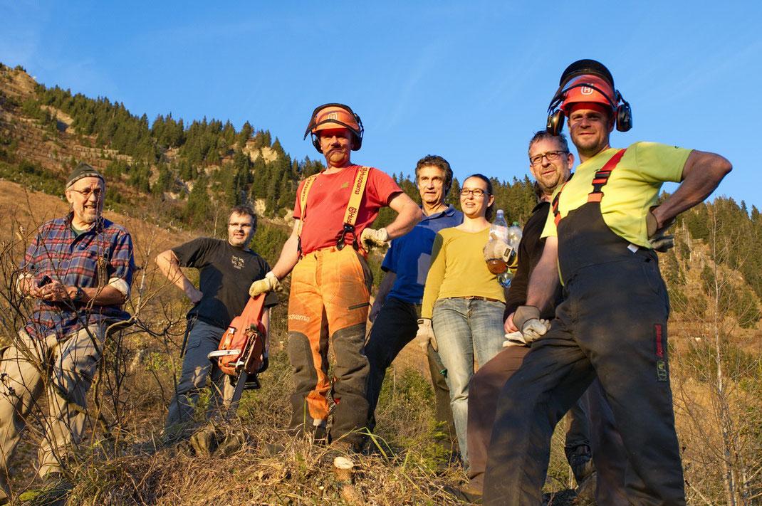 Nach einem Pflegeeinsatz für unsere alpinen Reptilienarten (karch-Mitarbeiter und freiwillige Helfer, Berner Oberland, November 2015)