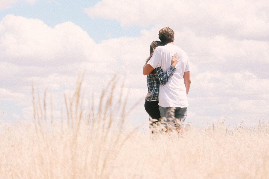 Verliebtes Paar nach freier Trauung