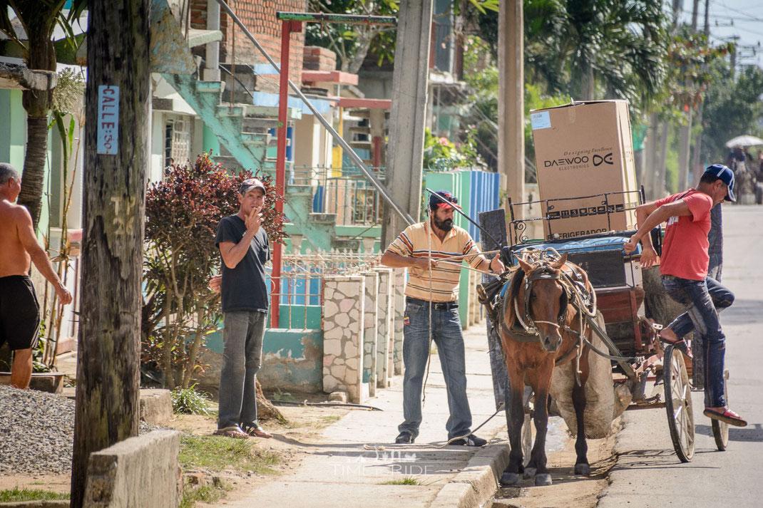 Kühlschrank Transport per Pferd - In Kuba keine Seltenheit.