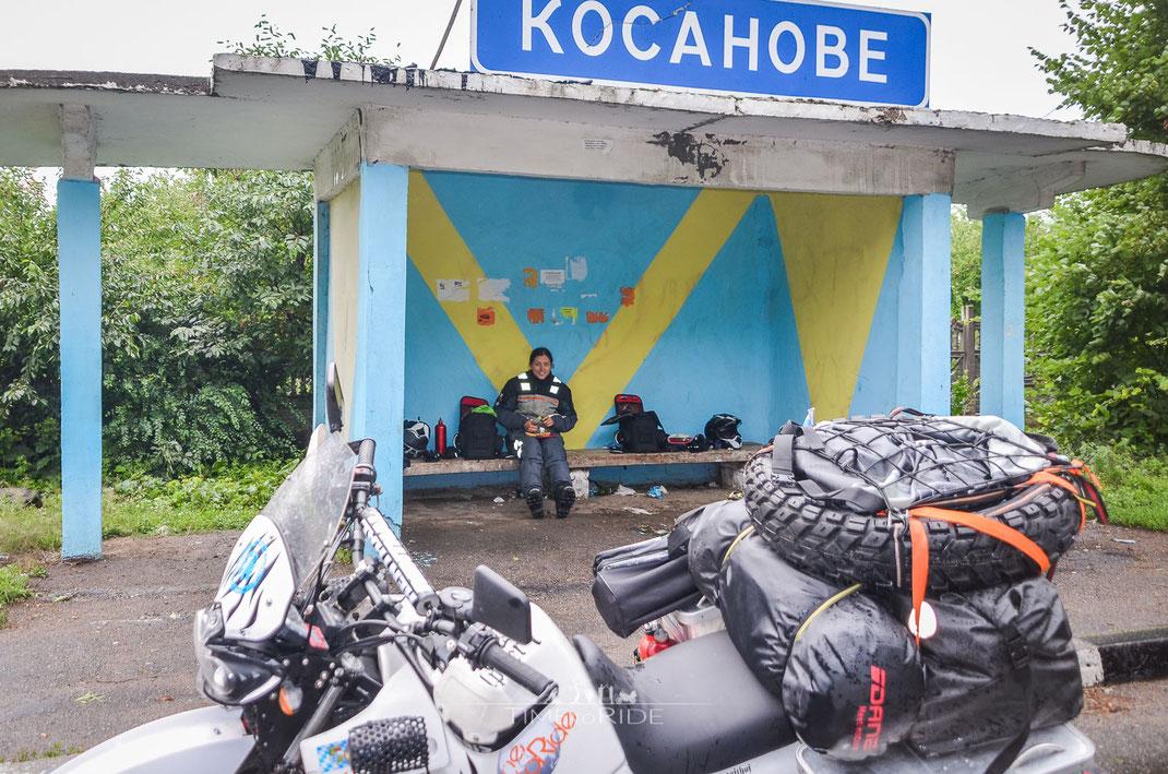 Die ukrainischen Bushäuschen erweisen sich als perfekte Picknick Plätzchen bei Regen