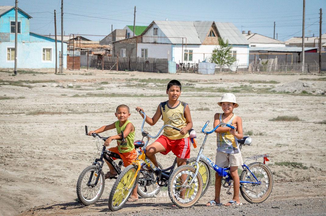 Die Nachwuchs Biker - Kasachische Kinder begutachten aus sicherer Entfernung unsere bepackten Reisegefährten.