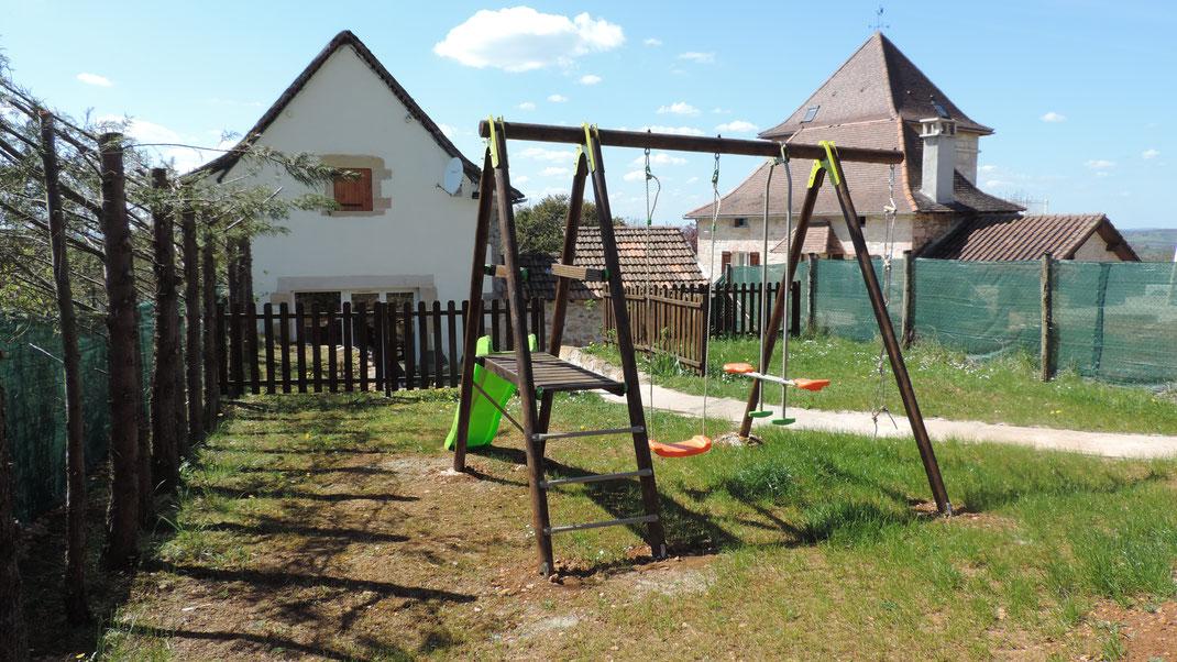 Le jardin privatif avec son portique pour les petits et le chemin qui mène à la piscine