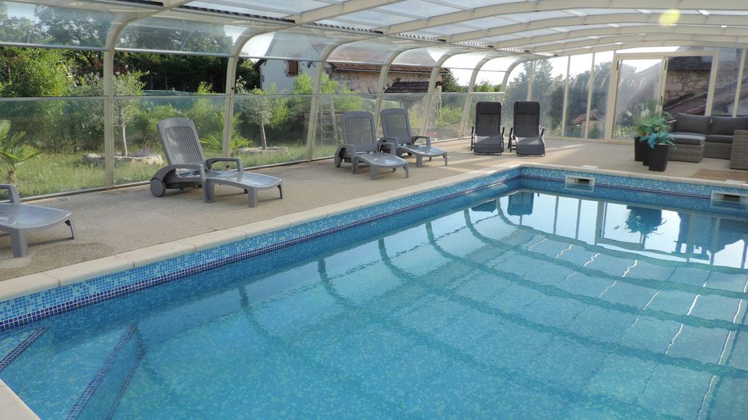 Détendez-vous au bord de la piscine abritée et profitez pleinement de vos vacances !