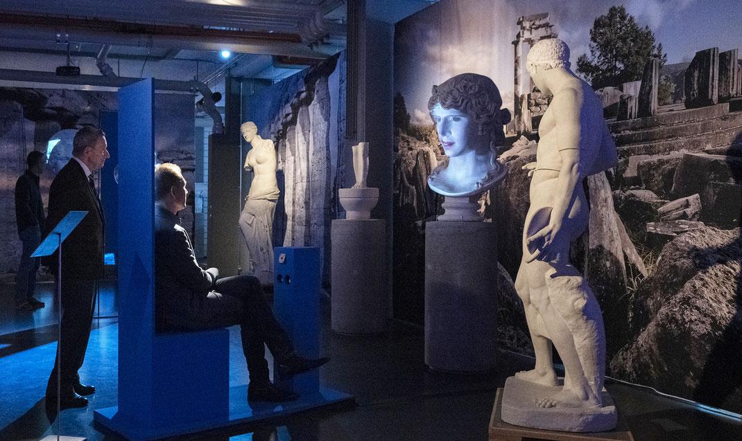 Digitale-Kulturvermittlung-Schulen-Oberstufen-Gymnasien-Bern-Schweiz-Bildungsangebot-Exkursion-Medienkompetenz-Digitales-Zeitalter-Griechische-Mythologie-Gesellschaft-Philosophie-Ethik-Demokratie-Europa