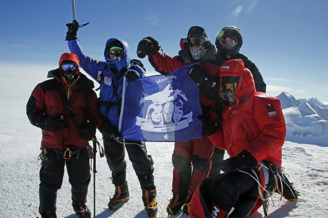 Unsere Teilnehmer am 05.01.2015 am Gipfel des Mount Vinson - höchster Berg der Antarktis und einer der Seven Summits