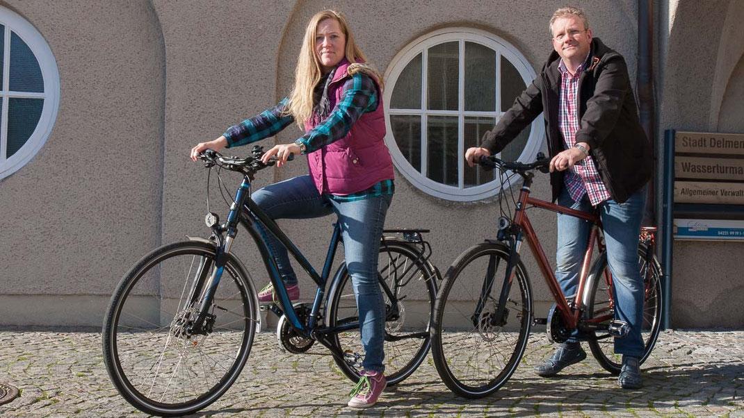 Foto: Andreas Hartwig, Bild zeigt Olaf und Kerstin Kehlenbeck von Zweirad Kehlenbeck am Delmenhorst Rathaus Vorplatz
