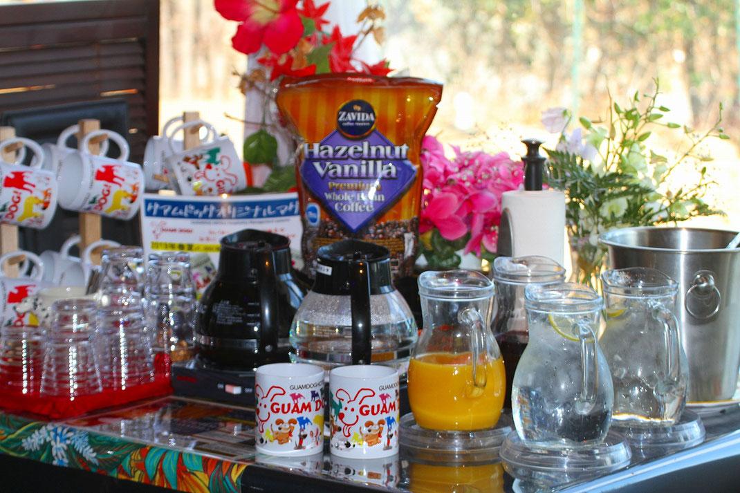 朝食のドリンクバー。当館お勧めのヘーゼルナッツバニラフレーバーコーヒー、フレイバーティー数種類、ジュース2種類をご用意いたしております。
