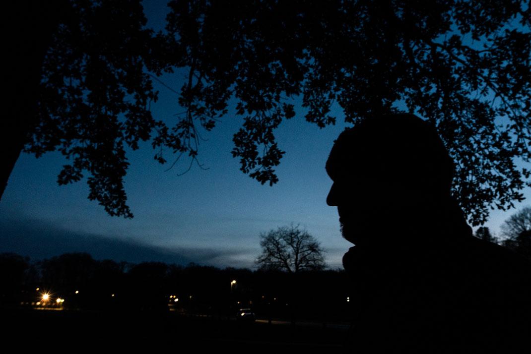 Silhouette eines Mannes abends im Dunkeln