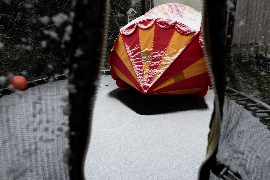 Trampolin und Zirkuszelt von Ikea mit Schnee bedeckt