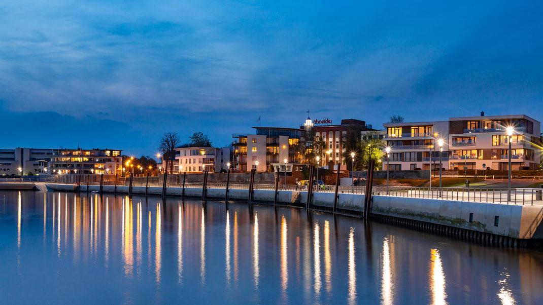 Die Ostmole des Wedeler Hafens zur Blauen Stunde im April 2016