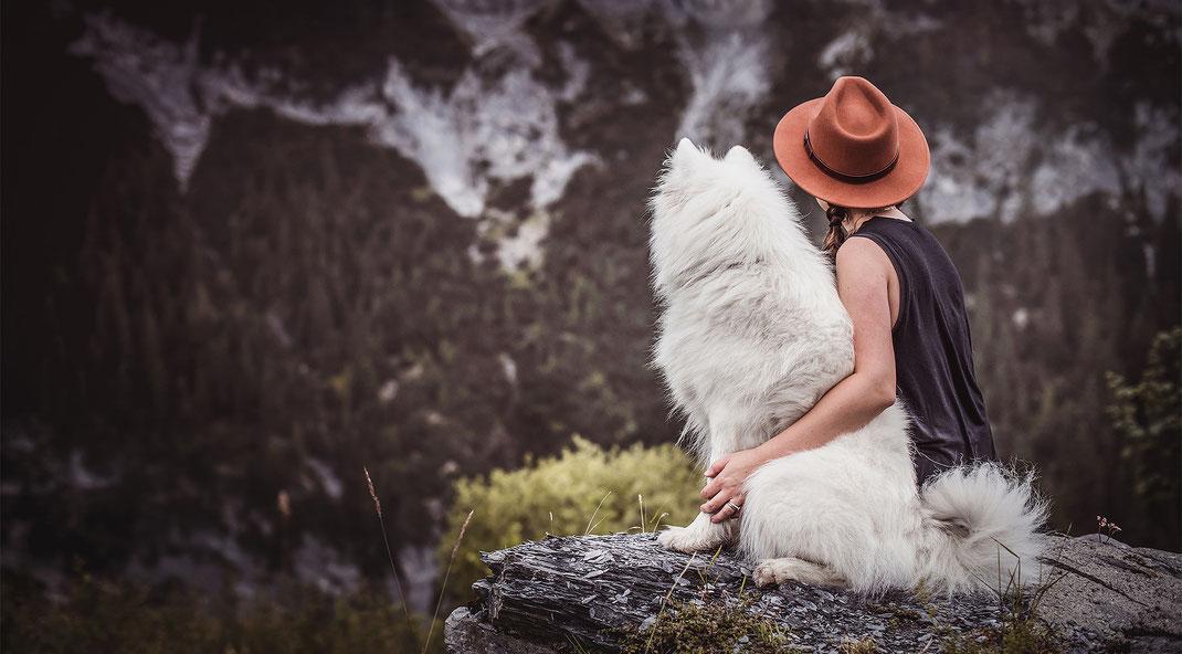Abenteuer Shooting mit einem Schlittenhund und seiner Halterin in den Bergen auf einem Felsen festgehalten von Monkeyjolie in Graubünden